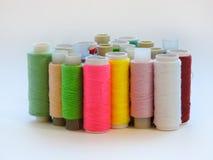 Kleurrijke loopvlakken voor het naaien Naaiende levering en toebehoren voor handwerkschaar, naalden, gele metende band, draad op  royalty-vrije stock afbeeldingen