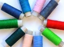 Kleurrijke loopvlakken voor het naaien Naaiende levering en toebehoren voor handwerkschaar, naalden, gele metende band, draad op  stock foto's