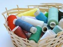 Kleurrijke loopvlakken voor het naaien Naaiende levering en toebehoren voor handwerkschaar, naalden, gele metende band, draad op  stock afbeeldingen