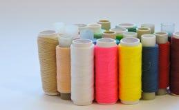 Kleurrijke loopvlakken voor het naaien Naaiende levering en toebehoren voor handwerkschaar, naalden, gele metende band, draad op  royalty-vrije stock foto's