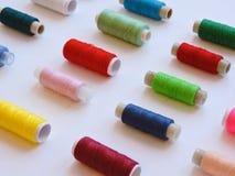 Kleurrijke loopvlakken voor het naaien Naaiende levering en toebehoren voor handwerkschaar, naalden, gele metende band, draad op  stock foto