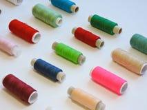 Kleurrijke loopvlakken voor het naaien Naaiende levering en toebehoren voor handwerkschaar, naalden, gele metende band, draad op  stock fotografie