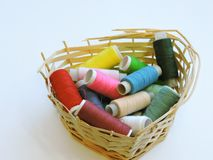 Kleurrijke loopvlakken voor het naaien Naaiende levering en toebehoren voor handwerkschaar, naalden, gele metende band, draad op  stock afbeelding