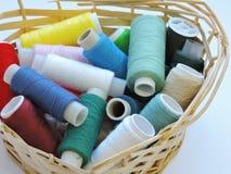 Kleurrijke loopvlakken voor het naaien Naaiende levering en toebehoren voor handwerkschaar, naalden, gele metende band, draad op  royalty-vrije stock foto