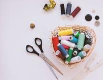 Kleurrijke loopvlakken voor het naaien Naaiende levering en toebehoren voor handwerkschaar, naalden, gele metende band, draad op  royalty-vrije stock fotografie