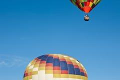 Kleurrijke luchtballon klaar op te staan tijdens de vlucht en een andere a royalty-vrije stock fotografie