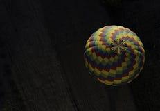 Kleurrijke luchtballonnen die over het landbouwbedrijf vliegen Stock Foto's