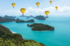 Kleurrijke luchtballonnen die over het overzees vliegen Stock Fotografie