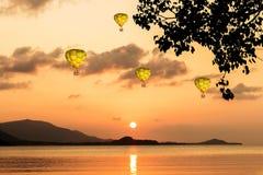 Kleurrijke luchtballonnen die over het overzees vliegen Royalty-vrije Stock Afbeelding