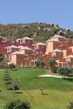 Kleurrijke luxehuizen en flats op Duquesa golfcursus in Stock Foto