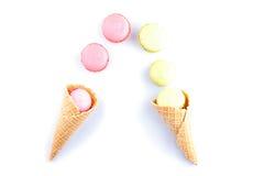 Kleurrijke macaron roze kleur in roomijskegel van wafel stock afbeeldingen