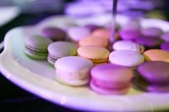 Kleurrijke macarons kleine cake in plaat dichte geschotene mislukking Stock Afbeelding