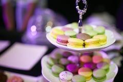 Kleurrijke macarons kleine cake in voedsel van de plaat het dichte geschotene mislukking Stock Foto's