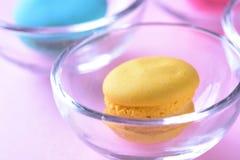 Kleurrijke macarons of makarons in het dessert zoete beauti van de Glaskop stock foto's