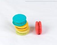 Kleurrijke macarons op witte achtergrond Royalty-vrije Stock Foto