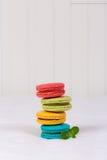 Kleurrijke macarons op witte achtergrond Stock Foto