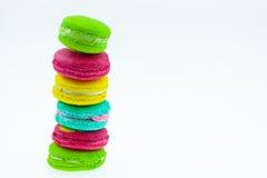 Kleurrijke macarons plaatsen op lijst, traditionele Franse kleurrijke macarons, Zoete macarons Royalty-vrije Stock Afbeeldingen