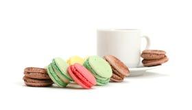 Kleurrijke Makaron en kop van koffie Royalty-vrije Stock Afbeeldingen