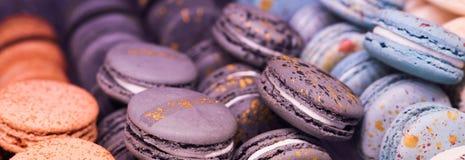 Kleurrijke makaroncakes stock foto's