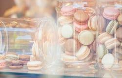Kleurrijke makarons in glaskruiken Royalty-vrije Stock Afbeeldingen