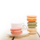 Kleurrijke makarons met espresso Stock Foto