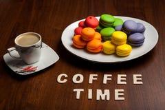 Kleurrijke makarons met koffie royalty-vrije stock afbeelding