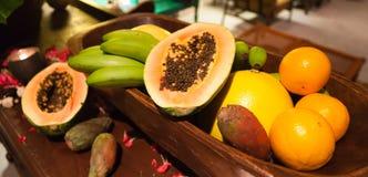 Kleurrijke mand vruchten royalty-vrije stock foto's