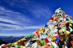 Kleurrijke mantra vlag in blauwe hemel Stock Foto's