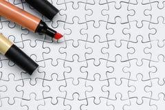 Kleurrijke markeerstift op witte puzzelachtergrond Royalty-vrije Stock Afbeelding