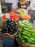 Kleurrijke marktkraam van groenten en opbrengst Stock Fotografie