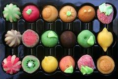 Kleurrijke marsepeinsnoepjes met vruchten vormen Stock Afbeelding