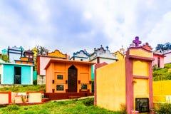 Kleurrijke maya begraafplaats door Chichicastenango in Guatemala stock afbeeldingen