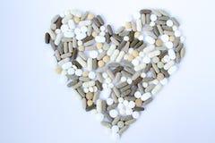 Kleurrijke medische pillen los op een witte achtergrond royalty-vrije stock afbeelding