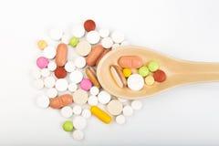 Kleurrijke medische pillen op lepel en capsules of supplementen voor therapie in achtergrond, concept behandeling en gezondheidsz royalty-vrije stock afbeelding