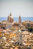 Kleurrijke mediterranstad door het overzees Stock Foto's