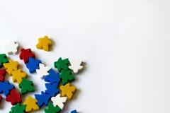 Kleurrijke meeples als componenten van raadsspel op witte achtergrond met copyspace Concept gezelschapsspel het spelen, vrije tij royalty-vrije stock afbeeldingen