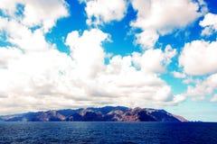 Kleurrijke mening van de kust van de Canarische Eilanden en de haven van Las Palmas tegen de blauwe hemel en de wolken royalty-vrije stock afbeeldingen