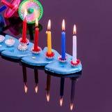 Kleurrijke menorah met kaarsen - Chanoeka Royalty-vrije Stock Foto