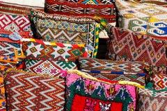 Kleurrijke met de hand gemaakte ambacht en kruiden in Marrakech, Marokko stock foto's