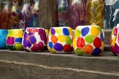 Kleurrijke met de hand gemaakte ceramische koppen Stock Foto's