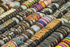 Kleurrijke met de hand gemaakte leerarmbanden Stock Fotografie
