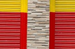 Kleurrijke metaal en steenmuurachtergrond stock foto's