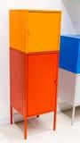 Kleurrijke metaalkabinetten againt de witte muur Royalty-vrije Stock Foto's