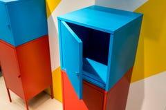 Kleurrijke metaalkabinetten die op muur hangen Stock Afbeelding