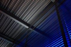 Kleurrijke Metaalzonneblinden, abstracte achtergrond, grijs en blauw licht Royalty-vrije Stock Foto