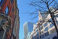 Kleurrijke moderne en oude voorgevels op Eastcheap-Straat in het financiële district van de Stad van Londen met 20 Fenchurch Stra Stock Foto