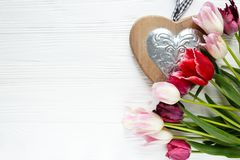 Kleurrijke mooie tulpen, giftvakje op witte houten lijst Valentijnskaarten, de lenteachtergrond stock foto's