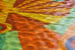 Kleurrijke mozaïektegels bij de bodem van de fontein abstracte achtergrond stock foto's