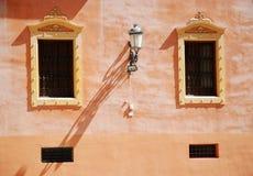 Kleurrijke muren van de huizen in Granada Stock Foto