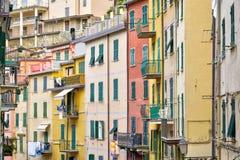 Kleurrijke muren van Italië met mooie blinden en pastelkleuren royalty-vrije stock foto's